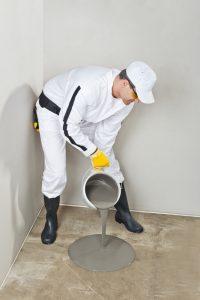Een gietvloer wordt gegoten op een kale vloer