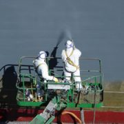 Kunststof coating spray op tank