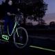 Lichtgevende coating op fietpad