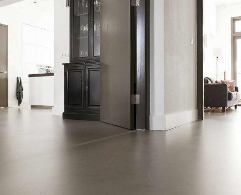 gietvloer in huiskamer gegoten grijs